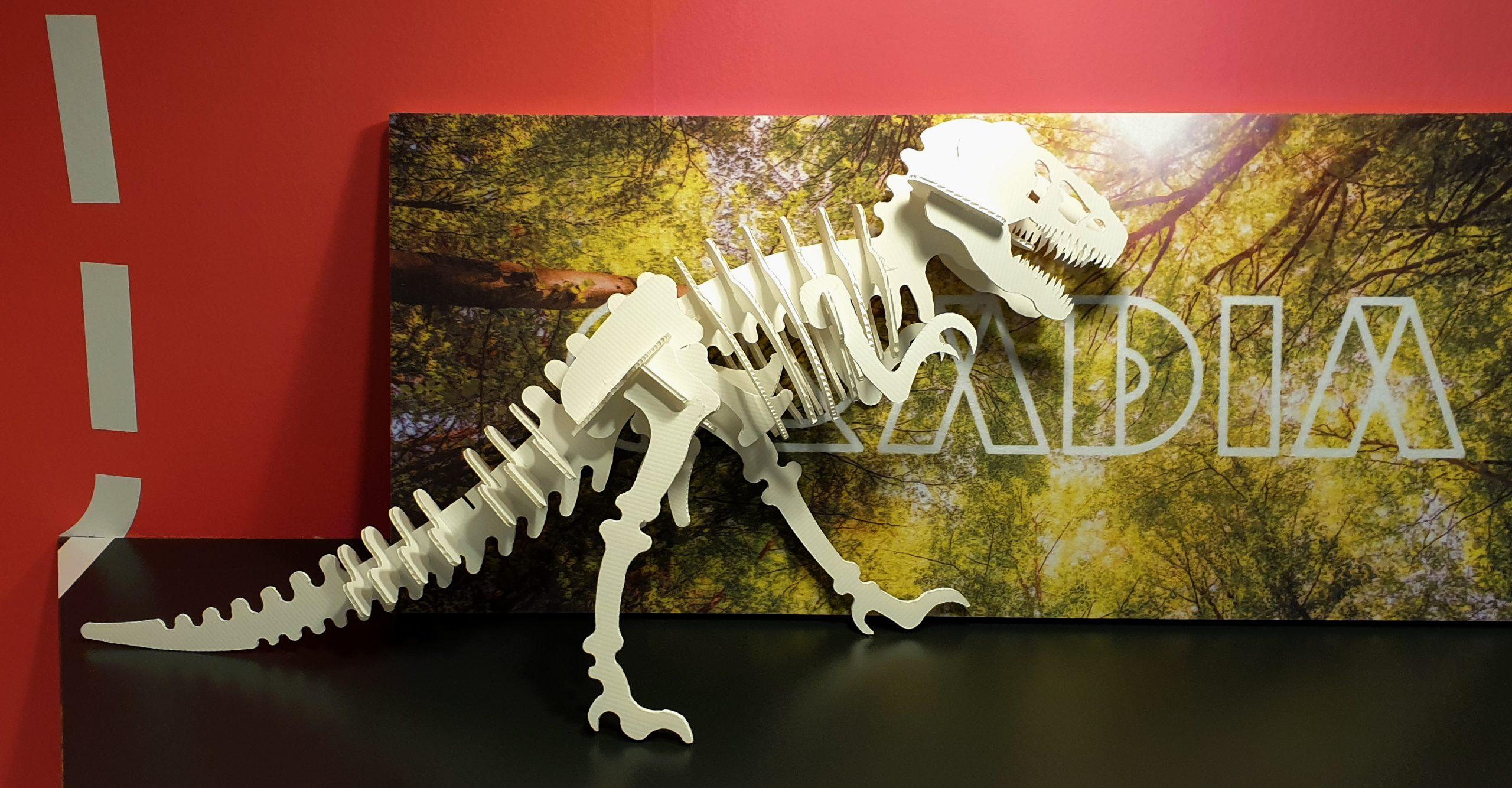 Pahvista koottu dinosaurus