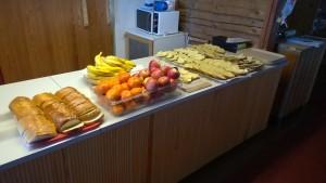 Matkailun opiskelijat hoitivat myös ruokahuollon.