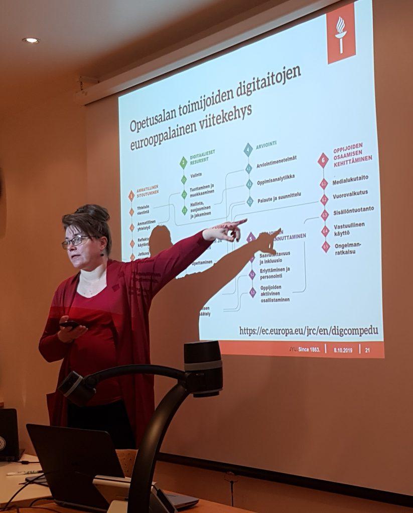 Leena Hiltunen esitteli millaisia digitaitoja tulevaisuudessa tarvitaan. Leena Hiltunen osoittaa diakalvoaan.